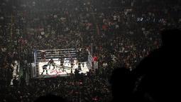 Petinju, Floyd Mayweather, bersiap melawan kickboxer, Tenshin Nasukawa, pada laga eksebisi di Saitama Super Arena, Saitama, Senin (31/1). Tanding dengan aturan tinju, Mayweather menang TKO di ronde pertama. (AFP/Toshifumi Kitamura)