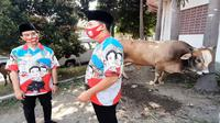 Cawalkot Solo Gibran Rakabuming Raka didampingi wakilnya Teguh Prakosa menyerahkan hewan kurban sapi di Kantor DPC PDIP Solo, Kamis (30/7).(Liputan6.com/Fajar Abrori)