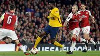 Pemain Arsenal, Jack Wilshere berusaha menghalangi pemain Atletico Madrid, Thomas Partey pada laga leg pertama semifinal Liga Europa di Stadion Emirates, Kamis (26/4). Unggul jumlah pemain, Arsenal dipaksa berbagi hasil 1-1.  (AP/Matt Dunham)