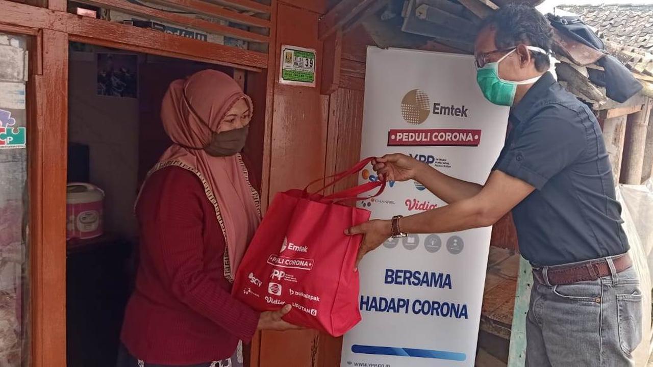 EMTEK Peduli Corona serahkan bantuan sembako dan masker kain kepada warga Kampung Ciseupan, Sukabumi