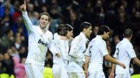 Striker Real Madrid Gonzalo Higuain merayakan gol diiringi kolega ketika mengalahkan Atletico Madrid 4-1 pada partai lanjutan La Liga di Santiago Bernabeu, Madrid, 26 November 2011. AFP PHOTO/PIERRE-PHILIPPE MARCOU