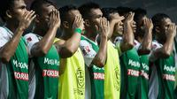 Pemain PS TNI memberi hormat usai menghadapi Borneo FC pada laga Torabika Soccer Championship 2016 di Stadion Pakansari, Bogor, Jawa Barat, Senin (15/8/2016). (Bola.com/Vitalis Yogi Trisna)