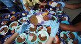 Relawan menyiapkan makanan untuk pengungsi Venezuela di tempat penampungan Divina Providencia, La Parada, Cucuta, Kolombia, Senin (18/2). Makanan terdiri dari kacang-kacangan, daging bologna, nasi, dan sepotong pisang. (AP Photo/Fernando Vergara)