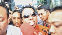 Ketua Umum PPP, Romahurmuziy dengan rompi tahanan meninggalkan gedung KPK, Jakarta, Sabtu (16/3). Romahurmuziy yang terjerat Operasi Tangkap Tangan (OTT) di Surabayapada Jumat (15/3) pagi itu ditahan KPK. (Liputan6.com/Faizal Fanani)