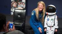 Astronot AS Karen Nyberg berharap dia bisa pergi ke Bulan, tetapi kini ia fokus ingin menginspirasi wanita untuk menjelajah angkasa luar. (NASA/AUBREY GEMIGNANI