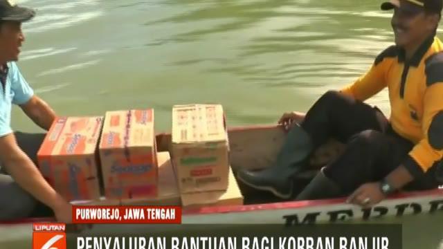 Polisi dan BPBD Kebumen salurkan bantuan bagi korban banjir di Desa Rowodadi, Kecamatan Grabag.