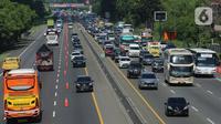 Suasana contraflow Tol Jakarta-Cikampek, Jawa Barat, Kamis (24/12/2020). Puncak arus lalu lintas keluar Jabodetabek via jalan tol diprediksi terjadi hari ini, Kamis (24/12). (Liputan6.com/Herman Zakharia)