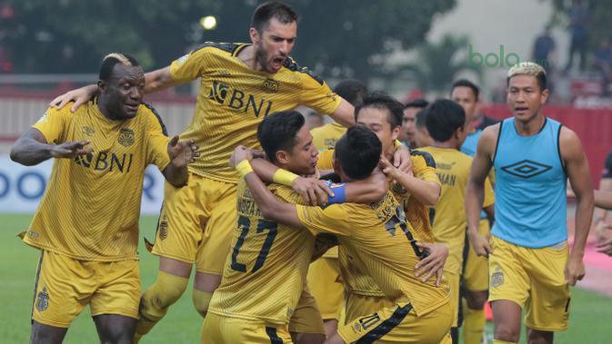Pemain Bhayangkara FC merayakan gol Alsan Sanda saat melawan Persebaya Surabaya pada laga Gojek Liga 1 bersama Bukalapak di Stadion PTIK, Jakarta, Rabu (11/7/2018). Bhayangkara FC bermain imbang 3-3. (Bola.com/Nick Hanoatubun)