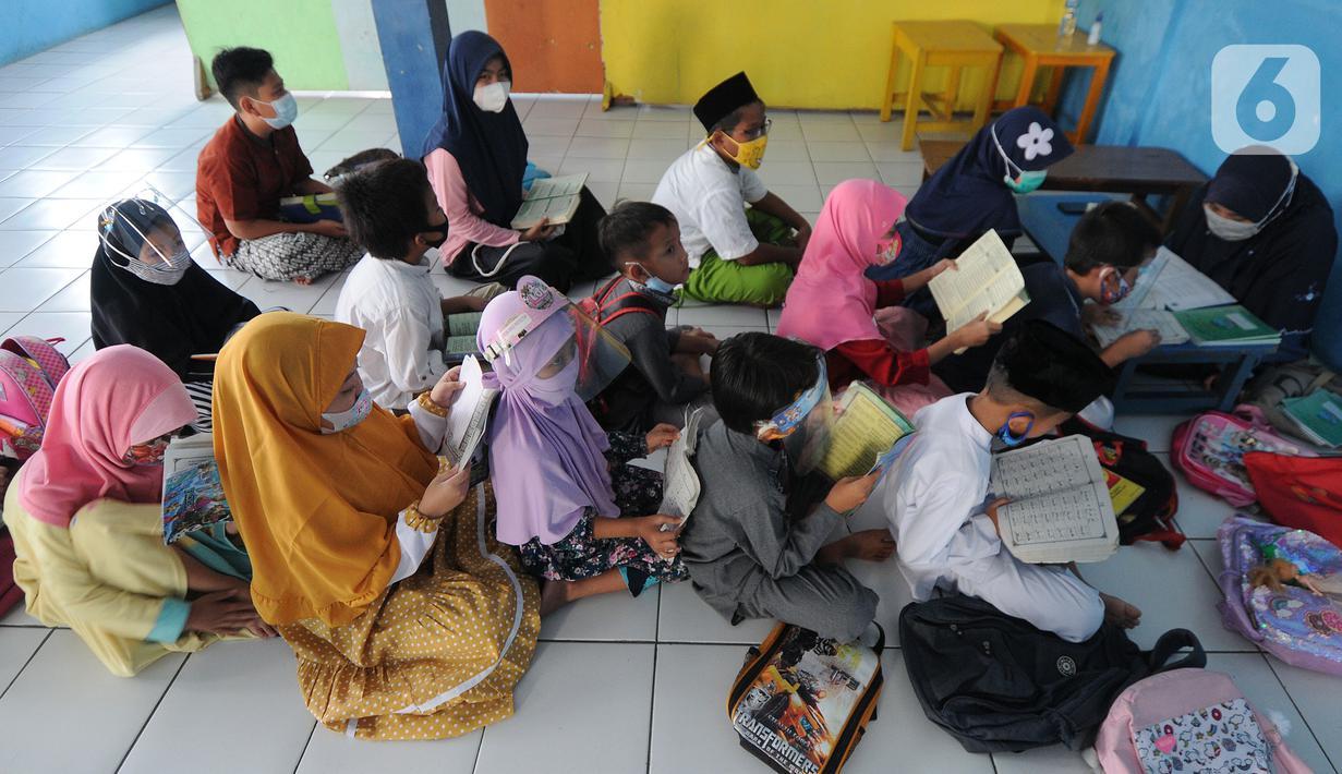 Anak-anak menghapal Al-Quran di Nabinatul Qur'an, Cinere,  Depok, Selasa (20/4/2021). Momentum bulan Ramadhan 14420 H dimanfaatkan anak-anak untuk membaca dan menghapal Al-Quran secara bersama-sama untuk menambah amalan ibadah puasa. (merdeka.com/Arie Basuki)