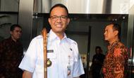 Gubernur DKI Jakarta Anies Baswedan menunjukkan tongkat berkepala harimau di Gedung KPK, Jakarta, Jumat (3/8). Tongkat tersebut hadiah dari kepala suku asal Afrika yang baru saja masuk Islam, Toyigbe Zola alias Muhammad Harun. (Merdeka.com/Dwi Narwoko)
