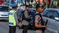 Personel Brimob bersenjata laras panjang ikut mengatur lalu lintas di kawasan jalur arus balik Pantura, Tegal, Jawa Tengah, Jumat (30/6). (Liputan6.com/Faizal Fanani)