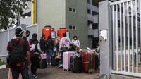 WNI yang baru kembali dari luar negeri tiba untuk menjalani isolasi di Wisma Atlet, Pademangan, Kemayoran, Jakarta Pusat, Sabtu (26/9/2020). Tower tambahan yang ada di Wisma Atlet di antaranya dikhususkan merawat WNI pasien COVID-19 yang baru kembali dari luar negeri. (Liputan6.com/Johan Tallo)