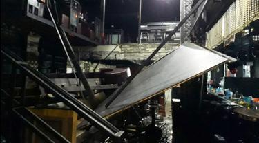 Sebuah balkon runtuh di sebuah klub malam  di kota Gwanju, Korea Selatan (27/7/2019). Dilaporkan kejadian tersebut menyebabkan dua orang tewas dan 10 lainnya cedera, termasuk sejumlah atlet polo air yang akan mengikuti Kejuaraan Renang Dunia. (AFP Photo/Yonhap)
