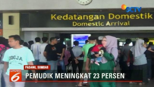 Dari Senin pagi hingga sore terminal bandara tak pernah sepi dari pengunjung.