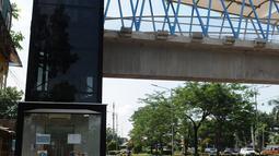 Kendaraan melintas di kawasan jembatan penyeberangan orang (JPO) Sumarno, Jakarta, Kamis (10/1). Lift JPO Sumarno sudah bisa digunakan. Lift JPO Sumarno bisa digunakan setiap jam 08.00-16.00. (Liputan6.com/Herman Zakharia)
