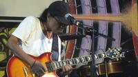 """Toto Tewel beraksi dengan gitarnya saat launching album solonya berjudul """"Miberdhewen), di Wapres, Jakarta, Kamis (19/4). (Liputan6.com/Edu Krisnadefa)"""