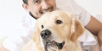Aktor Ryan Delon ternyata merupakan penyayang binatang, khususnya anjing. Telah menikah dan memiliki anak tidak mengurangi kebersamaannya dengan anjing-anjing peliharaan kesayangannya. (via instagram/@tail_wagging)