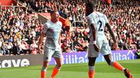Gelandang Chelsea Ross Barkley (kiri) rayakan gol ke gawang Southampton pada laga Liga Inggris di St Mary's Stadium, Minggu (7/10/2018). (AFP/Glyn Kirk)
