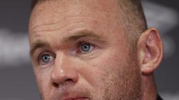 Mantan kapten Inggris, Wayne Rooney memberikan keterangan selama konferensi pers di Stadion Pride Park, Derby, Selasa (6/8/2019). Wayne Rooney dipastikan kembali ke Inggris setelah resmi mengikat kontrak dengan Derby County selama 18 bulan yang akan efektif mulai Januari 2020. (Darren STAPLES / AFP)