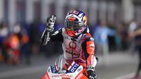 Selebrasi pembalap Pramac Racing, Johann Zarco, setelah finis kedua pada balapan MotoGP Doha di Sirkuit Losail, Senin (5/4/2021) dinihari WIB. (AFP/Karim Jaafar)