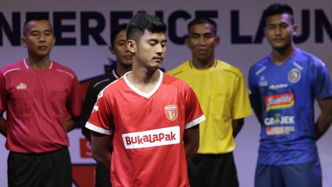 Pemain Badak Lampung berpose saat Peluncuran Shopee Liga 1 di SCTV Tower, Jakarta, Senin (13/5). Sebanyak 18 klub akan bertanding pada Liga 1 mulai tanggal 15 Mei. (Bola.com/Vitalis Yogi Trisna)