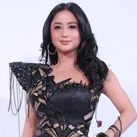 Dewi Perssik dibilang awet muda dengan penampilan ini. (Adrian Putra/Fimela.com)
