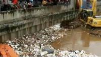 Mayat pria bertato mengapung di Banjir Kanal Barat. Sementara itu, puluhan polisi cilik bersepatu roda razia pengendara di Sidoarjo.