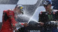 Jack Miller (kiri) dan Fabio Quartararo di podium MotoGP Prancis 2021. (Jean-Francois MONIER / AFP)