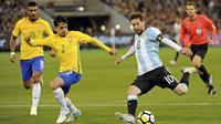 Aksi Lionel Messi saat melawan Brasil pada laga persahabatan di Melbourne Cricket Ground, Melbourne, Australia, (9/6/2017). (Joe Castro/AAP Image via AP)