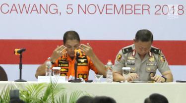 Kepala Basarnas Marsekal Madya Muhammad Syaugi mengusap wajahnya saat memaparkan evaluasi proses evakuasi Lion Air JT 610 di hadapan keluarga korban di Krisis Center di Jakarta, Senin (5/11). (Liputan6.com/Immanuel Antonius)