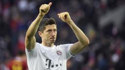 1. Robert Lewandowski - Penyerang Bayern Munchen ini tampil sangat agresif di kompetisi Liga Champions musim 2019/2020 ini. Selain ganas di depan gawang, Lewandowski juga memuncaki top skor sementara Liga Champions musim ini dengan koleksi 14 gol. (AFP/Ina Fassbender)