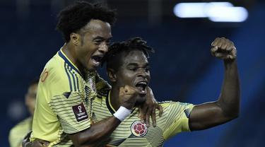 Penyerang Kolombia, Duvan Zapata, merayakan gol yang dicetaknya ke gawang Venezuela pada laga kualifikasi Piala Dunia 2022 zona Amerika Selatan di Estadio Metropolitano, Sabtu (10/10/2020) pagi WIB. Kolombia menang 3-0 atas Venezuela. (AFP/Gabriel Aponte/pool)
