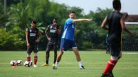 Pelatih PSM, Darije Kalezic, memimpin timnya berlatih. (Bola.com/Abdi Satria)