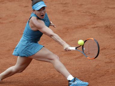 Petenis Rumania, Simona Halep mengembalikan bola saat melawan petenis Amerika, Alison Riske pada ajang Prancis Terbuka 2018 di Roland Garros stadium (30/5/2018).  (AP/Alessandra Tarantino)