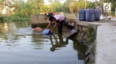 Dua bulan tanpa hujan, Desa Kalianyar di Indramayu alami krisis air. Warga terpaksa mandi di kubangan air kotor.