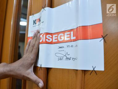"Kertas bertuliskan ""Disegel"" tertempel di salah satu ruangan lantai 4 Gedung Karsa Kementerian Perhubungan, Jakarta, Kamis (24/8). Ruangan itu adalah tempat kerja Dirjen Perhubungan Laut Kementerian Perhubungan Antonius Tonny Budiono. (Liputan6.com/Pool)"