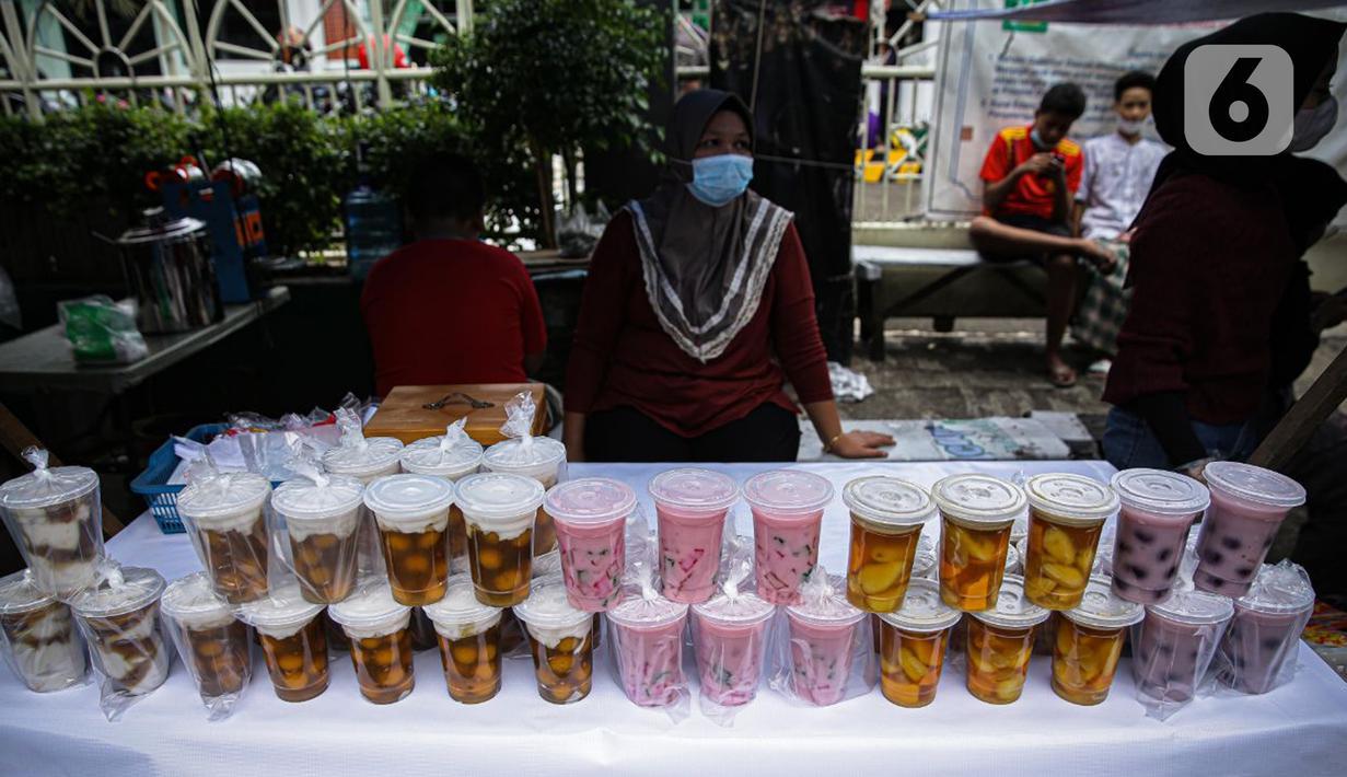 Pedagang menunggu pembeli di Pasar Takjil Benhil, Jakarta, Selasa (13/4/2021). Pasar takjil yang ada setiap bulan Ramadhan tersebut dipadati warga untuk membeli makanan berbuka puasa. (Liputan6.com/Faizal Fanani)