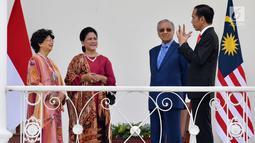 Presiden Joko Widodo atau Jokowi (kanan) dan Ibu Negara Iriana Jokowi (dua kiri) berbincang dengan PM Malaysia Mahathir Mohamad (dua kanan) beserta istri, Siti Hasmah (kiri) di Istana Bogor, Jawa Barat, Jumat (29/6). (Liputan6.com/Pool/Biro Pers Setpress)