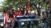 Hanifan Yudani Kusumah diarak menggunakan kendaraan terbuka milik polisi