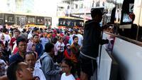 Warga membayar pajak kendaraan bermotor di samsat keliling di car free day, Jakarta, Minggu (27/8). Caranya cukup menggunakan STNK dan membayar pajak sesuai yang tertera. (Liputan6.com/Angga Yuniar)