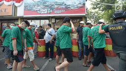 Tersangka dihadirkan dalam rilis pemusnahan barang bukti narkotika, di Polres Metro Jakarta Barat, Rabu (26/6/2019). Semua barang bukti senilai Rp 200 miliar tersebut disita dari delapan kasus berbeda dalam tiga bulan terakhir. (merdeka.com/Imam Buhori)