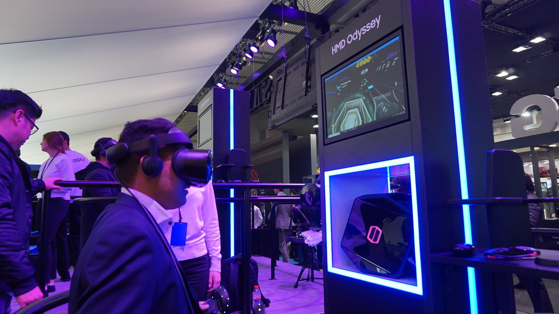 Pengunjung booth Samsung di MWC 2018 menjajal ekosistem Gear VR. (Liputan6.com/ Agustin Setyo W)