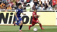 Gelandang Persija Jakarta, Riko Simanjuntak, mengejar bola saat melawan Becamex Binh Duong pada laga Piala AFC di SUGBK, Jakarta, Selasa (26/2). Kedua klub bermain imbang 0-0. (Bola.com/M. Iqbal Ichsan)