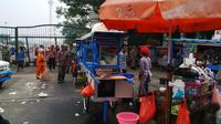 Tampak beberapa pelanggan yang sedang menikmati santapannya diminta untuk segera menyelesaikan makan. (Luqman Rimadi/Liputan6.com)