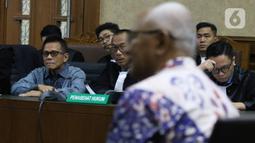 Terdakwa suap pengadaan pesawat dan mesin pesawat di PT Garuda Indonesia, Soetikno Soedarjo mendengarkan keterangan saksi di Pengadilan Tipikor Jakarta, Kamis (30/1/2020). Sidang beragendakan mendengarkan keterangan dua saksi, Kabul Riwanto dan Welfridus Korbaho. (Liputan6.com/Angga Yuniar)