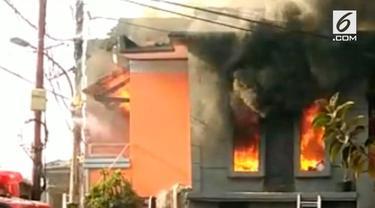 Sebuah bangunan terbakar akibat bensin eceran. akibatnya 14 mobil pemadam dikerahkan untuk memadamkan api.