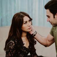 Penyanyi Tata Janeeta kembali ke pelukan Pria asal Iran yang beberapa waktu lalu menjadi suaminya. Pernikahan Tata saat itu terkuat saat dirinya mengaku dicerai Medhi Zati melalui telpon. (Instagram/tatajaneetaofficial)
