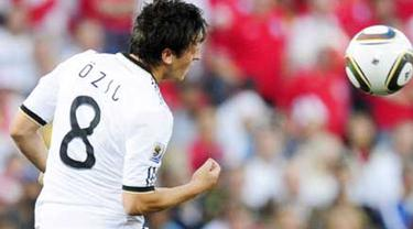 Gaya gelandang Jerman Mesut Ozil menyudnul bola di laga 16 besar PD 2010 melawan Inggris di Free State Stadium, Bloemfontein, 27 Juni 2010. Jerman unggul 4-1. AFP PHOTO / JOHN MAC DOUGALL