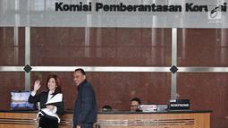 Dokter Sonia Wibisono menyapa awak media usai menjalani pemeriksaan di gedung KPK Jakarta, Jumat (26/1). Sonia sendiri sebenarnya telah dipanggil KPK, Selasa (23/1) kemarin, namun tidak hadir. (Liputan6.com/Herman Zakharia)