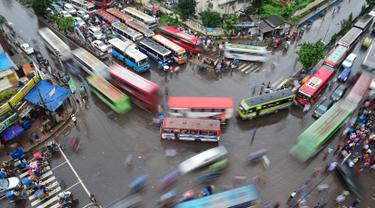 Suasana arus lali lintas di sebuah persimpangan di Dhaka, Bangladesh, (23/7). Kecepatan lalu lintas rata-rata di Dhaka menurun dari 21 km per jam menjadi 7 km per jam dalam 10 tahun terakhir. (AFP Photo/ Munir Uz Zaman)